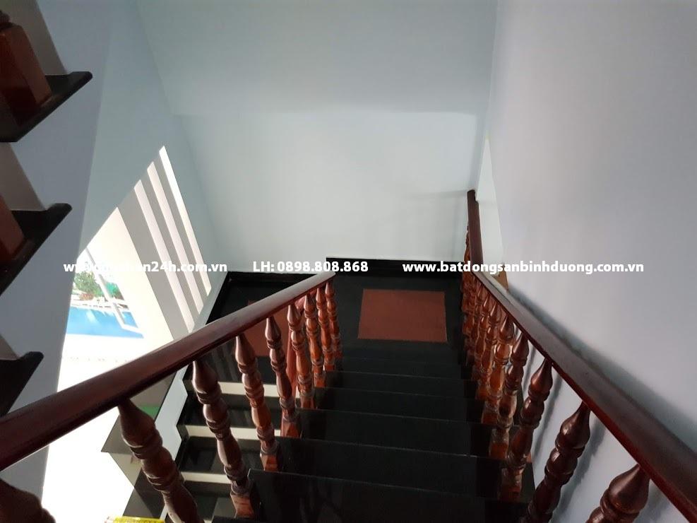 Cầu thang nhà bán lê hồng phong làm bằng đá hoa cương tay vị gỗ