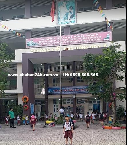 Sân trường tiểu học Đông Hòa B
