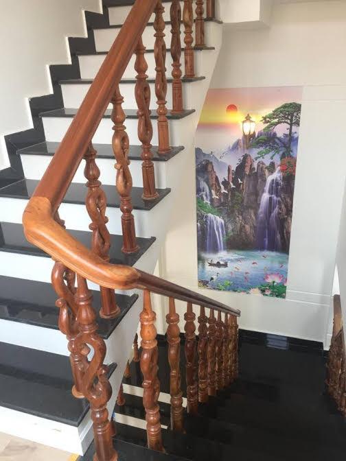 Cầu thang đá hoa cương tay vịn gỗ cam xe cao cấpCầu thang đá hoa cương tay vịn gỗ cam xe cao cấp