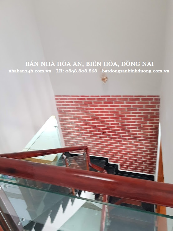 Cầu thang thiết kế rộng rãi thoáng mát