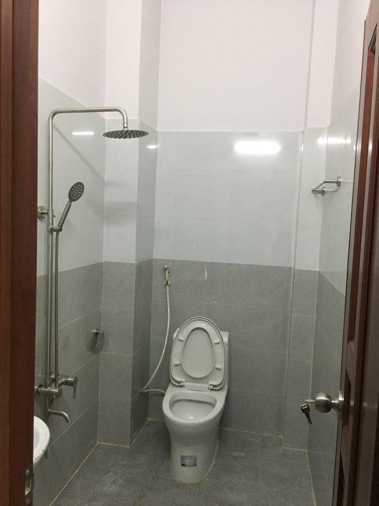 Phòng tắm nhà phường dĩ an 64m đối diện chợ xóm mới kinh doanh buôn bán