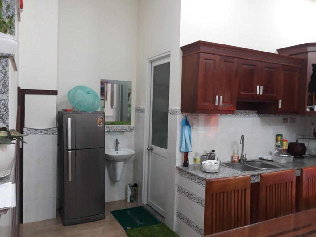 Phòng bếp rộng rãi dầy đủ nội thất
