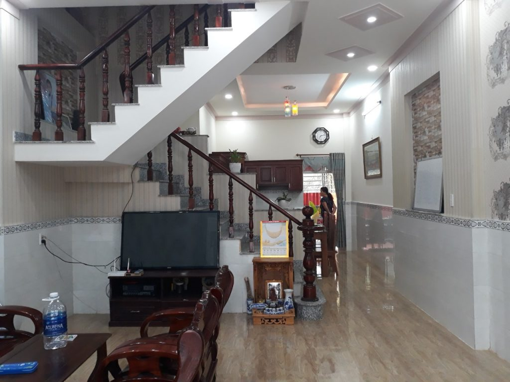 Khu vực phòng khách nhà bán tân bình dĩ an rộng rãi nội thất cao cấp