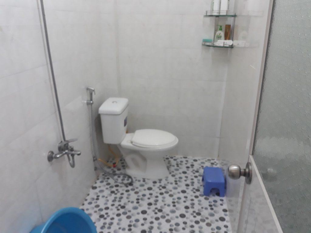 Phòng tắm nhà bán dĩ an giá rẻ