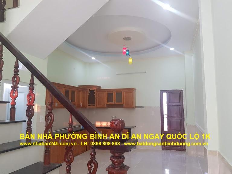 Phòng bếp căn nhà được thiết kế rộng rãi thoáng mát với cửa đi lại phí sau