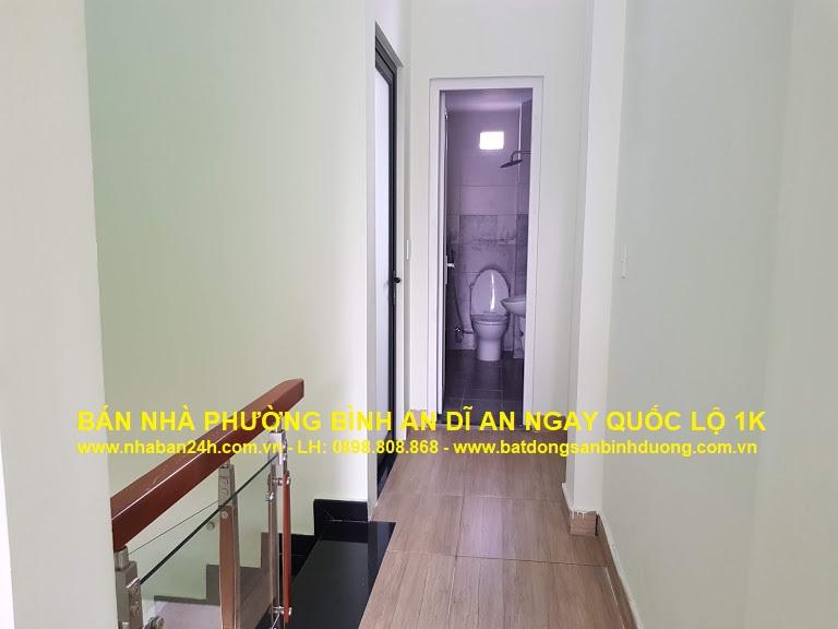 Hành lang trên lầu rộng rãi, nhà được thiết kế rất hài hòa với kiến trúc tân cổ điển