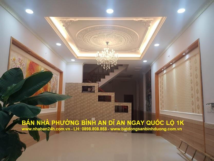Phòng khách căn nhà phố tân cổ điển được trang trí rất đẹp, với trần thạch cao sang trọng