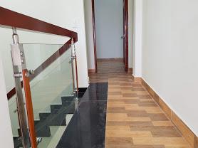 Hành lang trên lầu rộng rãi thuận tiện đi lại và đi chuyển đồ đạc
