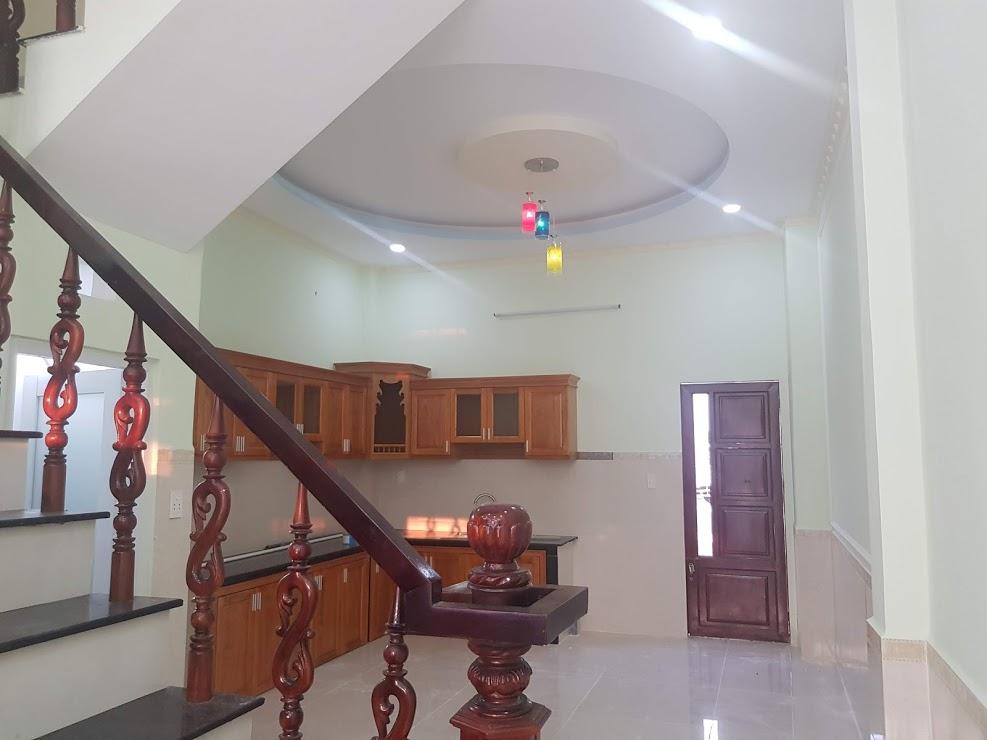 Phòng bếp nhà bán phường bình an rộng rãi thoáng mát nội thất gỗ cap cấp