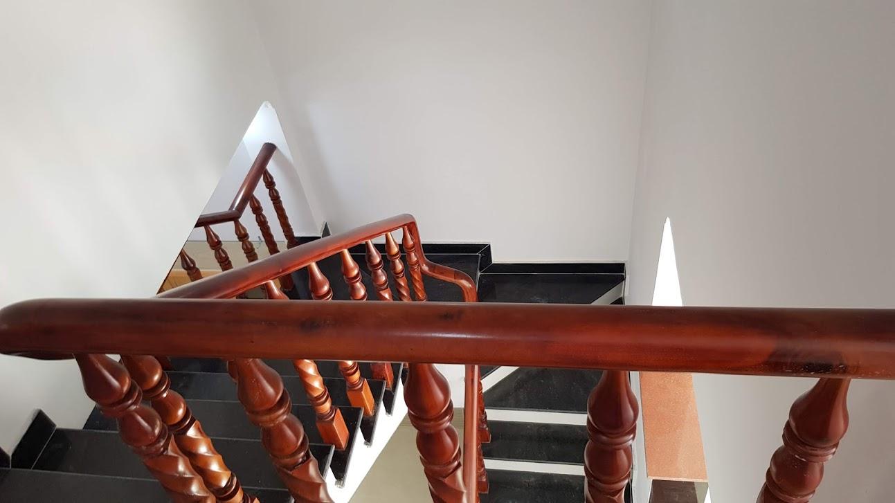 Cầu thang đá hoa cương tay vị gỗ