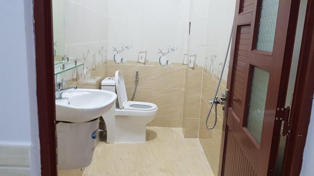 Phòng vệ sinh trên lầu nhà bán dĩ an bình dương