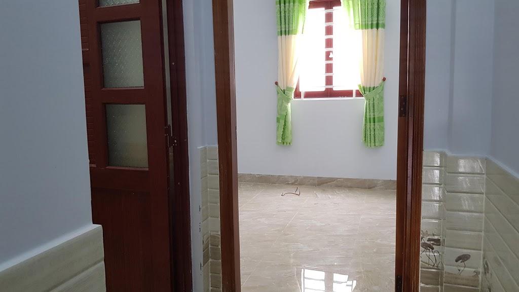 cửa phòng ngủ được làm bãng gỗ căm xe, dèm cửa lắp đầy đủ