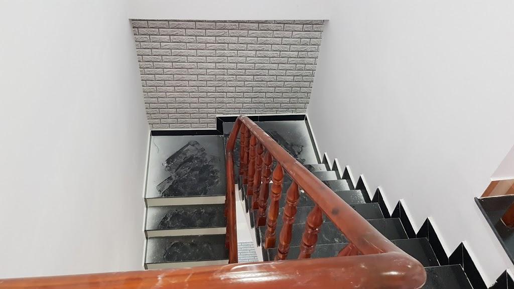 Cầu thang đá hoa cương tay gỗ cao cấp