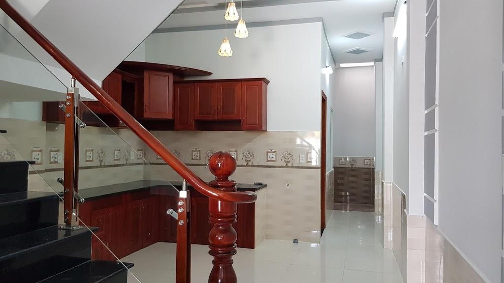 phòng bếp rộng rãi thoải mái để bàn ăn